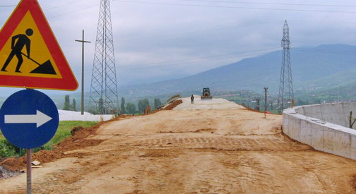 Градежниците стравуваат од отпуштање работници  владата од финалната цена на автопатите